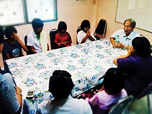 Sanphasit Koompraphant avec les enfants au CPCR