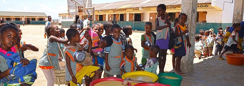 À l'école des Salines, c'est l'heure du repas pour nos bénéficiaires malgaches
