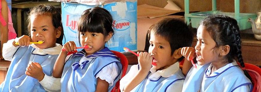 Des bénéficiaires de notre partenaire Cambodgien apprennent à se laver les dents