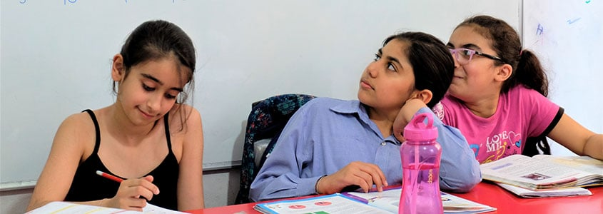 Des jeunes bénéficiaires libanaises apprennent leur leçon